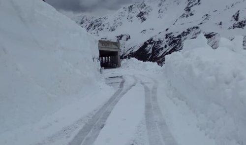 Passo di Gavia ripulito dalla neve, il tappone del Giro non è a rischio salvo maltempo