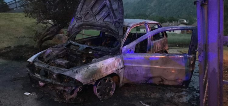 Auto in fiamme a Castione
