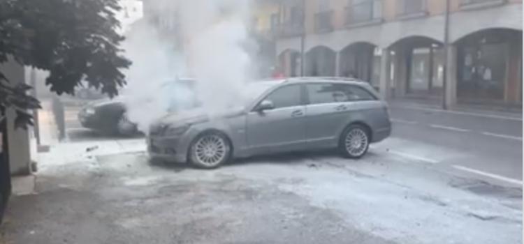 Auto in fiamme in centro a Castione