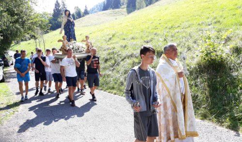 Processione in montagna, festa a Valpiana di Gandino