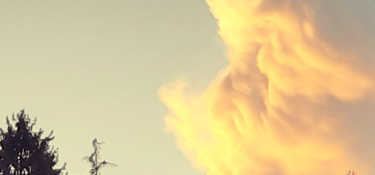 Le nuvole disegnano un viso nei cieli di Clusone