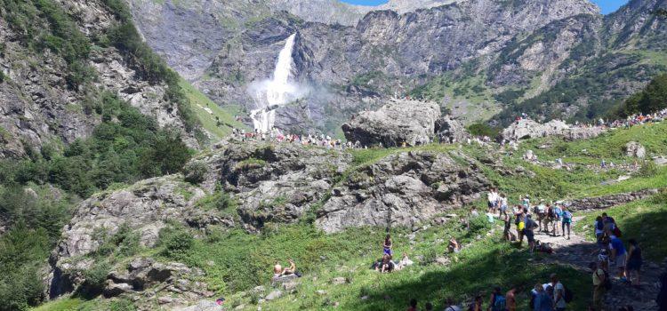 Valbondione: lo spettacolo delle Cascate del Serio fa il pienone – Video