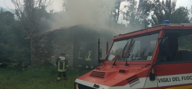 Cascina in fiamme a Castione