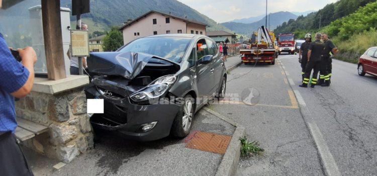 Incidente a Villa d'Ogna: auto contro pensilina dei bus