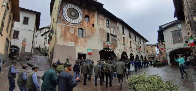 Gli alpini sfilano a Clusone – Foto e video