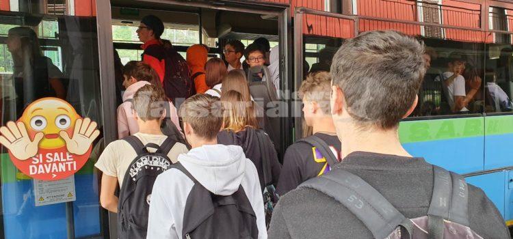 Trasporto studenti e autobus affollati, scatta la petizione online