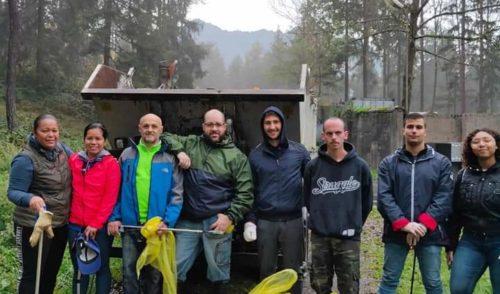 Clusone: i volontari puliscono la Pineta. In campo anche i giovani del Rotaract