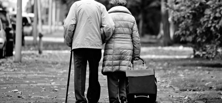 Anziani: raccolta firme a sostegno della non autosufficienza