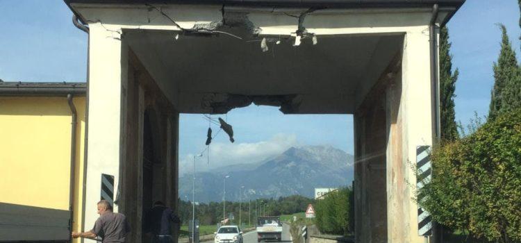 Danneggiato il manufatto in ingresso a Cerete Basso – strada chiusa