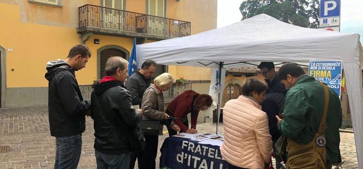 """""""La cittadinanza non si regala"""" raccolta firme di Fratelli d'Italia a Clusone"""