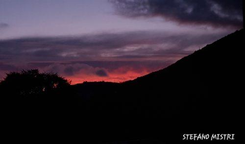 Lo spettacolare tramonto rosso da Nese