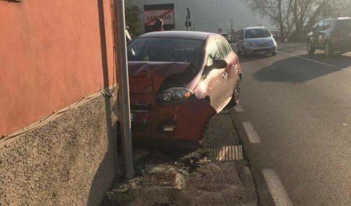 Incidente al semaforo di Colzate, si cerca l'auto pirata