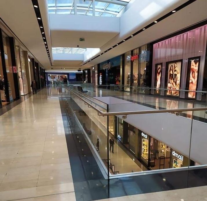 Centri commerciali deserti, la foto alle 16 ad Oriocenter - Valseriana ...