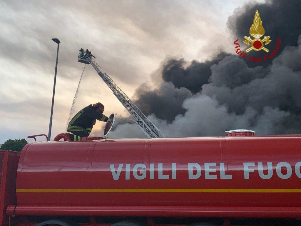 Incendio in un capannone, 19 mezzi dei vigili del fuoco al lavoro